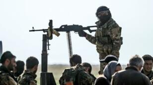 مقاتلون من قوات سوريا الديمقراطية في نقطة فرز الأشخاص الخارجين من آخر جيب لتنظيم الدولة الإسلامية قرب الباغوز في شرق سوريا في 25 شباط/فبراير 2019