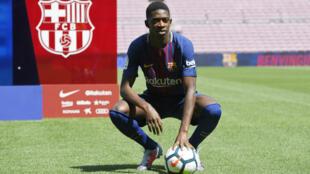 Ousmane Dembélé a été officiellement présenté aux fans du Barça sur la pelouse du mythique Camp Nou.