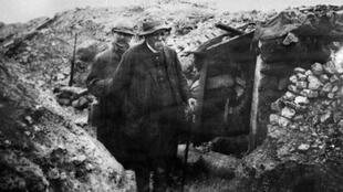 """Une photo prise durant la Première Guerre mondiale du chef du gouvernement nommé en novembre 1917, Georges Clemenceau, surnommé """"le Tigre"""", arpentant une tranchée lors d'une visite sur le front."""