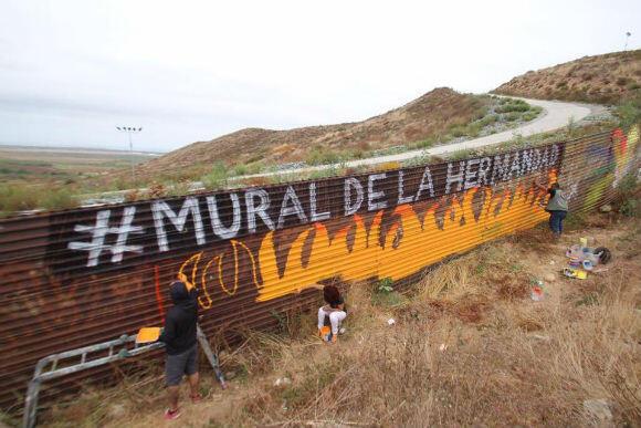 Le mur est difficile d'accès par endroits. Mais cela ne décourage pas les équipes d'Enrique Chiu.