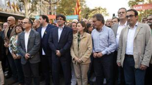 Le président du gouvernement catalan Carles Puidgemont et la présidente du parlement régional catalan, Carme Forcadell, manifestent à Barcelone, samedi 21 octobre.