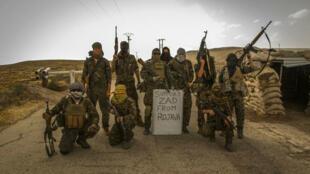Photo partagée sur les réseaux sociaux antifas présentant un groupe de combattants pro-kurdes en Syrie qui affiche son soutien à la ZAD de Notre-Dame-des-Landes.