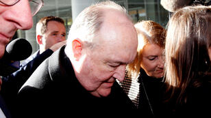 El arzobispo Philip Wilson llega a sentencia en la corte local de Newcastle, Australia, julio 3 de 2018.