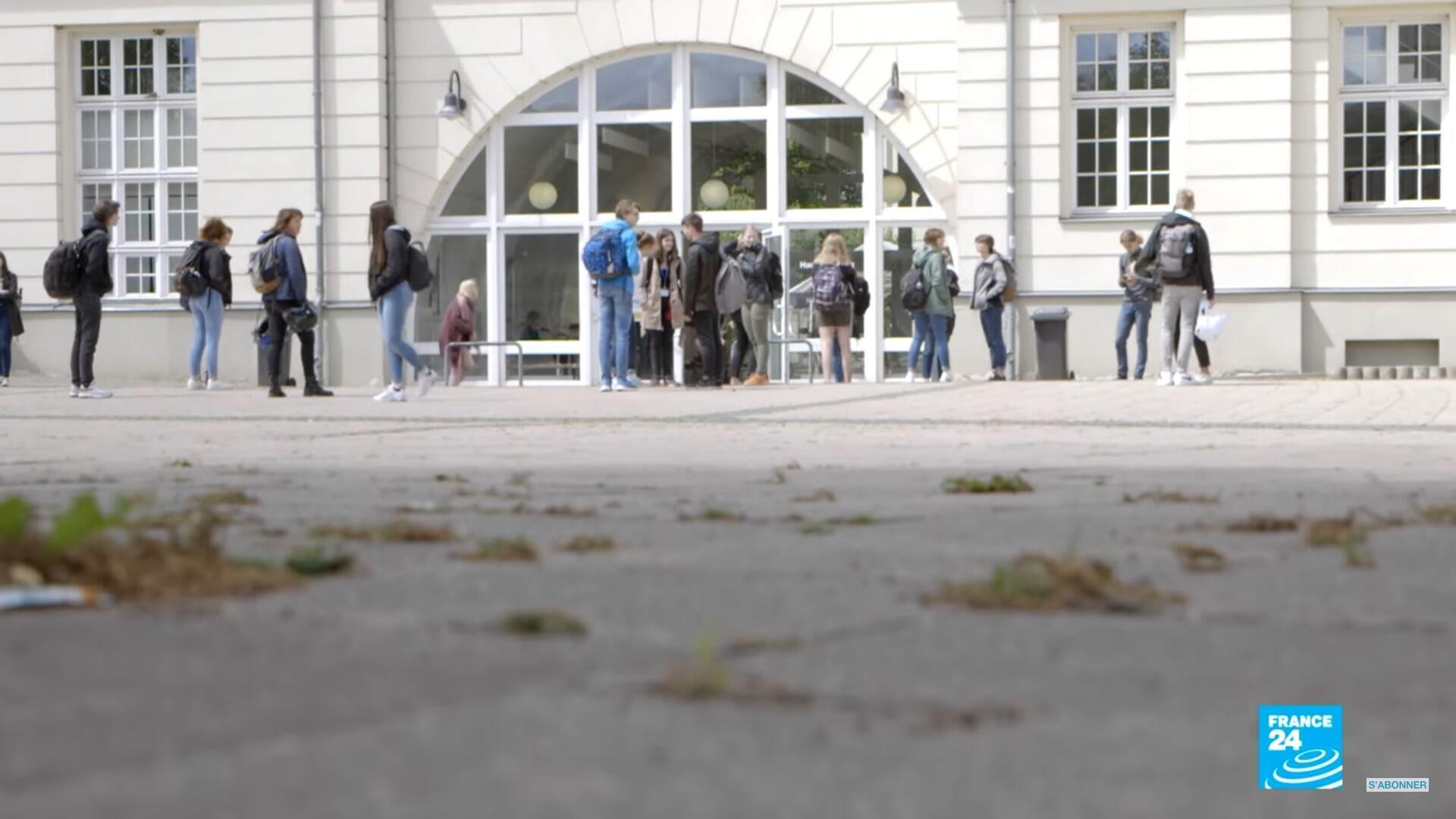 Des élèves devant le lycée de Neustrelitz, en Allemagne.