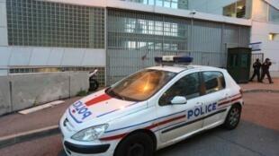 سيارة تابعة للشرطة الفرنسية أمام مركز للشرطة في كورسيكا في 2014