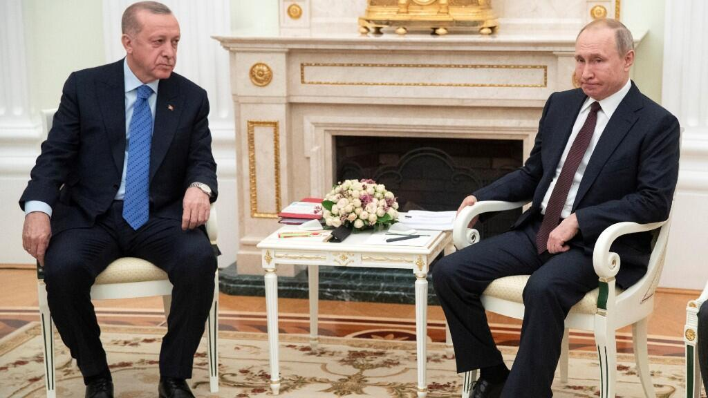 El presidente ruso Vladimir Putin y el presidente turco Recep Tayyip Erdogan hablan durante una reunión en Moscú, Rusia, el 5 de marzo de 2020.
