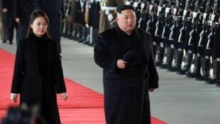 Le dirigeant nord-coréen Kim Jong-un, accompagné de sa femme, quitte Pyongyang le 7janvier2019.