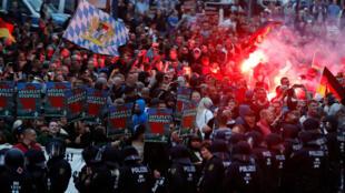 Des manifestants d'extrême droite affrontent des partisans de gauche le 27 août à Chemnitz, dans l'est de l'Allemagne.