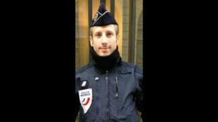 Xavier Jugelé, policier tué le jeudi 20 avril sur les Champs-Élysées, où il assurait sa mission de surveillance.