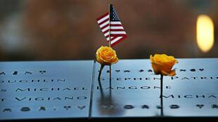 زهور على نصب تذكاري لضحايا هجمات 11 أيلول/سبتمبر بالولايات المتحدة