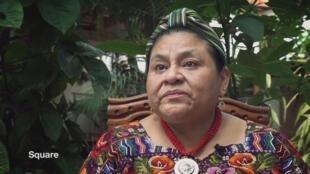 El artista, cantante y compositor austríaco André Heller entrevista a la guatemalteca Rigoberta Menchú, Premio Nobel de la Paz (1992) y Premio Príncipe de Asturias de Cooperación Internacional (1998).