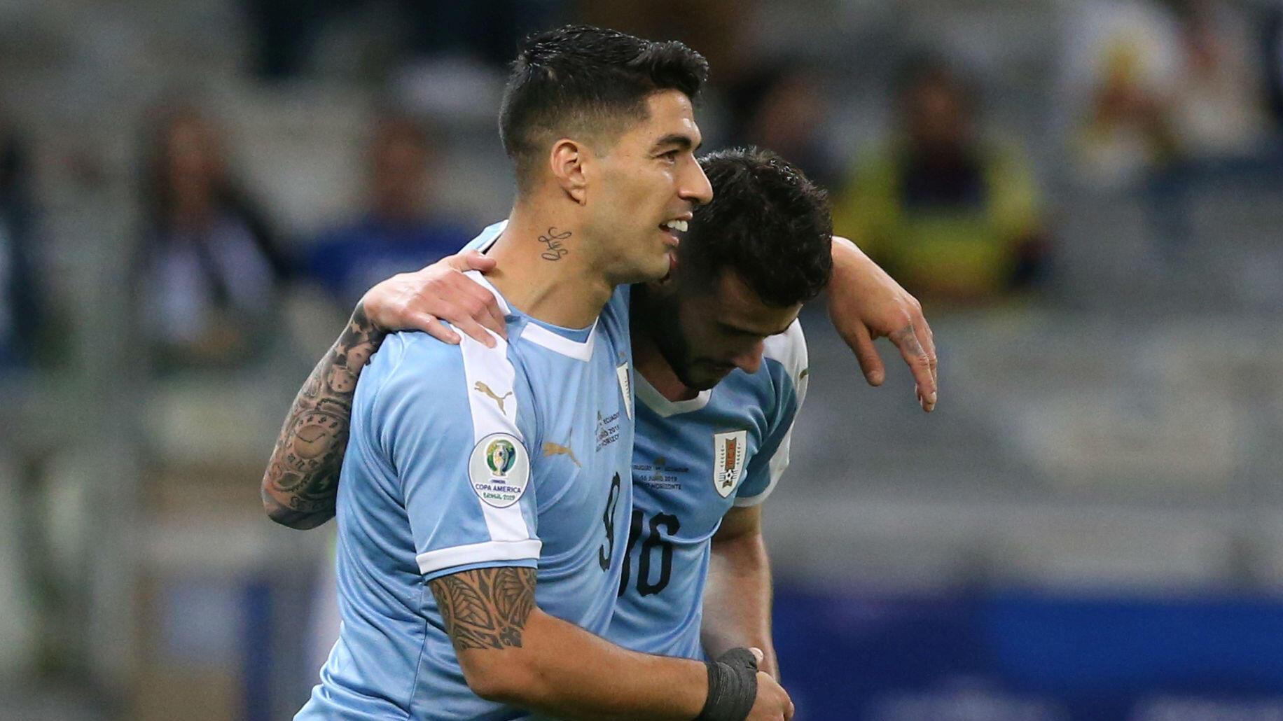 Luis Suárez y Gaston Pereiro de Uruguay celebran el cuarto gol uruguayo en el estadio Mineirao, en Belo Horizonte, Brasil, el 16 de junio de 2019.