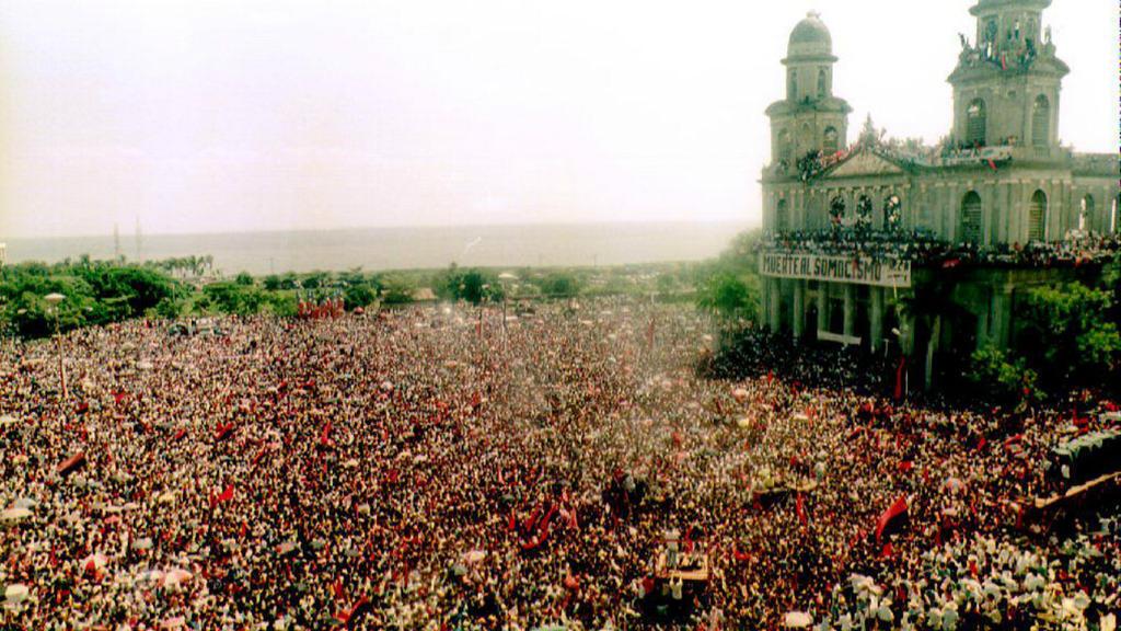 Una multitud se reúne frente a la Plaza de la Revolución en Managua, Nicaragua, en el vigésimo aniversario del triunfo del Frente Sandinista, el 19 de julio de 1999.
