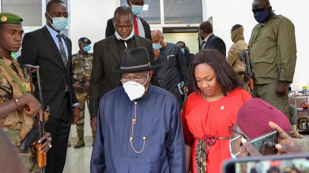 El expresidente de Nigeria, Goodluck Jonathan, líder de la delegación de la CEDEAO en Mali, se retira luego de reunirse con los militares que protagonizaron el golpe de Estado en ese país el 18 de agosto. La reunión se desarrolló en Bamako, Mali, el 22 de agosto de 2020.