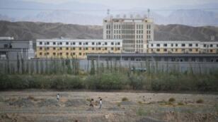 مبان في شينجيانغ يعتقد إنها معسكرات إعادة تأهيل يحتجز فيها الأويغور، في 2 يونيو/حزيران 2019