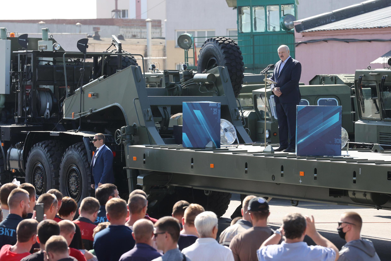 Le président biélorusse Alexandre Loukachenko s'adresse aux employés de l'usine de tracteurs à roues (MZKT), à Minsk, le 17 août 2020.