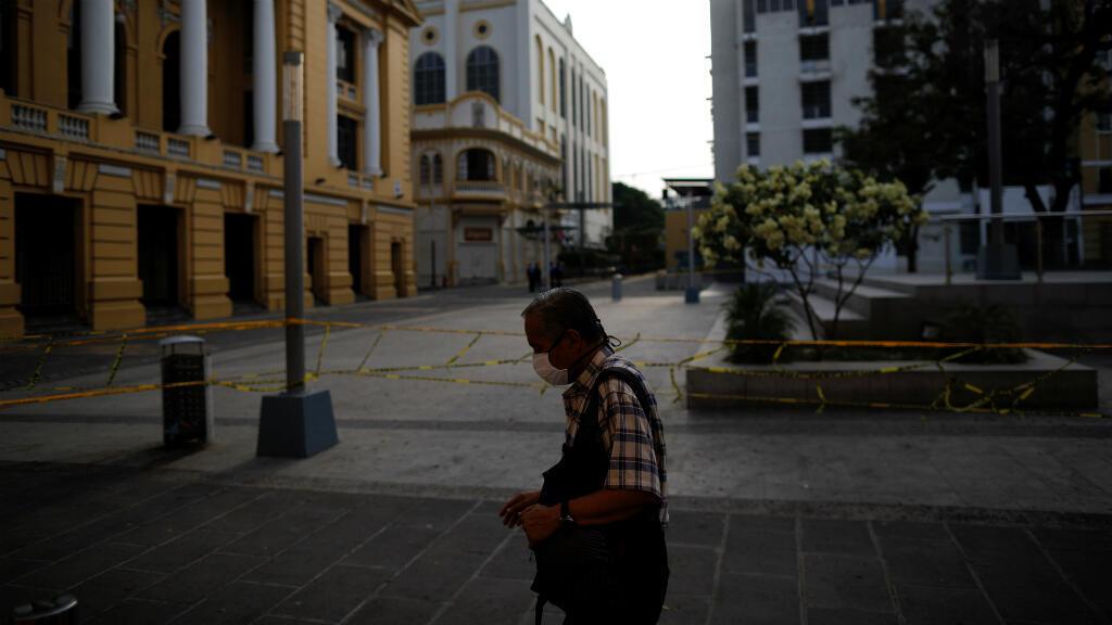Un hombre camina por la plaza Francisco Morazán durante la cuarentena por coronavirus impuesta en el país. San Salvador, El Salvador, el 13 de abril de 2020.