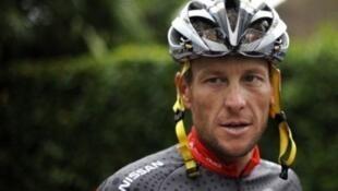 Lance Armstrong était poursuivi par son ancien sponsor, les Postes américaines, qui lui réclamaient 100 millions de dollars.