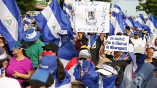 """Cientos participan en la marcha denominada """"Nada está normal"""" en Managua, Nicaragua. """"Ni un paso atrás"""", fue la consigna repetida en Nicaragua durante la marcha que los autoconvocados realizaron por las calles de la capital. 18 de agosto de 2018"""