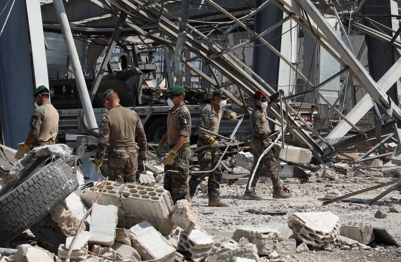 Des militaires français et libanais déblayent les décombres dans le port de Beyrouth, au Liban, le 26 août 2020, plus de trois semaines après la double explosion.