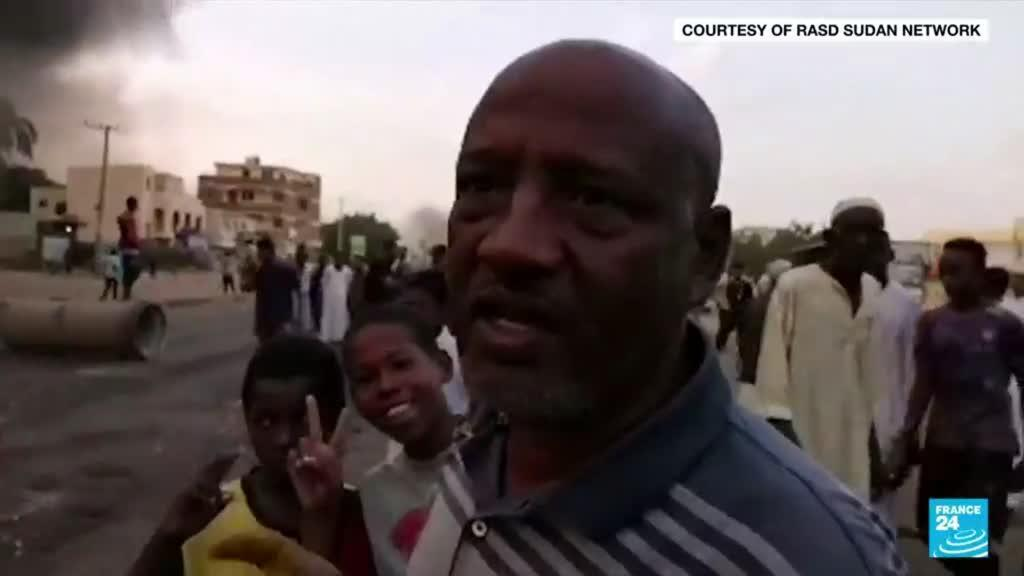 2021-10-25 09:03 Crowds rally as Sudan PM held in apparent army coup; gunfire reported