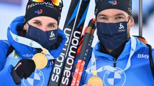 Julia Simon et Antonin Guigonnat médaillés d'or en relais mixte simple lors des Championnats du monde de biathlon, à Pokljuka en Slovénie, le 18 février 2021