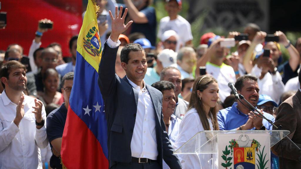 El líder opositor venezolano y proclamado presidente interino Juan Guaido saluda a sus partidarios durante un mitin contra el gobierno del presidente Nicolás Maduro, en Caracas, Venezuela,el 2 de febrero de 2019.