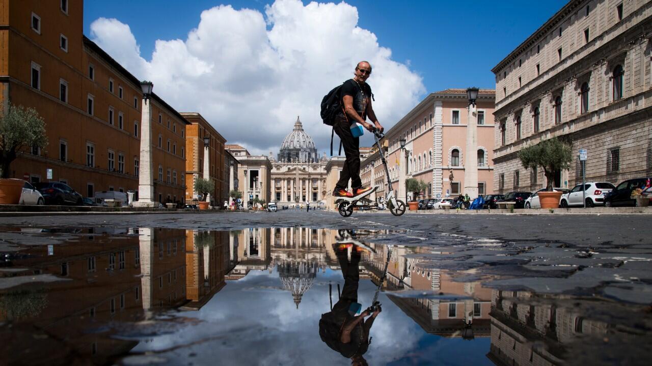 Un hombre pasea en patinete eléctrico por Roma, Italia, para aprovechar el desconfinamiento en una imagen del 8 de junio de 2020.