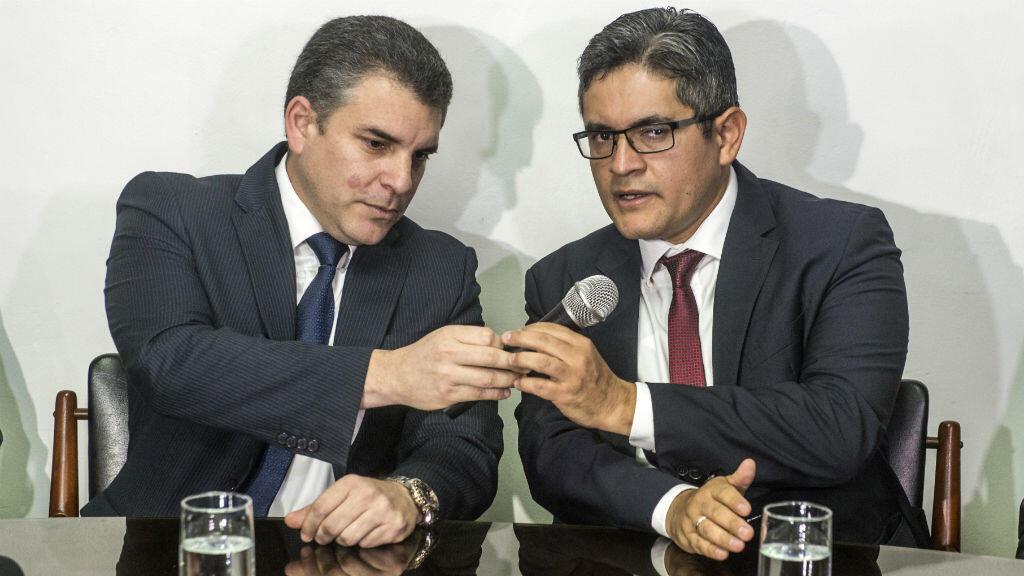 Los fiscales Rafael Vela y José Domingo Pérez hablaron durante una rueda de prensa en Lima, Perú, el 1 de enero de 2019. El fiscal general, Pedro Chávarry, anunció que estaba cancelando la designación de fiscales en la investigación del caso Odebrecht.