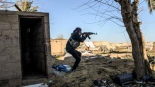 مقاتل في قوات سوريا الديمقراطية في الباغوز، في 9 مارس/آذار 2019.