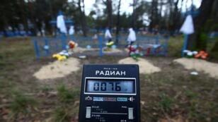 فريق مختص يقوم بقياس المستويات الإشعاعية في قرية لوميش المهجورة، بيلاروسيا، 24 أبريل/نيسان 2017