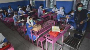 Des élèves portant le masque sont de retour à l'école à Lahore, dans la province de Punjab au Pakistan, le 15 septembre 2020