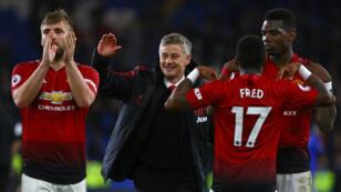 مدرب مانشستر يونايتد أولي غونار سولشير برفقة بعض لاعبيه.