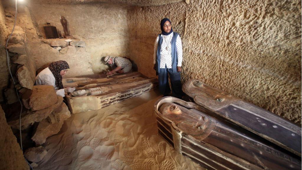 El grupo de arqueólogos sigue limpiando las piezas del gran descubrimiento.