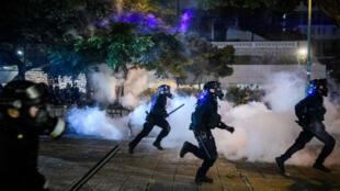 La police tente de disperser des manifestants avec des gaz lacrymogènes durant une mobilisation à TsimShaTsui, à HongKong, le 11août2019.