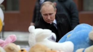 Vladimir Poutine s'est rendu mardi 27 mars sur les lieux de l'incendie ayant coûté la vie à au moins 64 personnes.