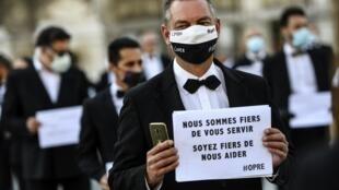 """Un travailleur """"extra"""" de l'événementiel manifeste à Paris le 24 juin 2020"""