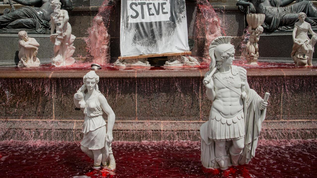 Du faux sang a été répandu par des manifestants dans la fontaine de la place Royale à Nantes, le 30 juillet 2019.
