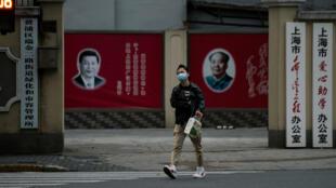 Coronavirus-hombre-camina-China