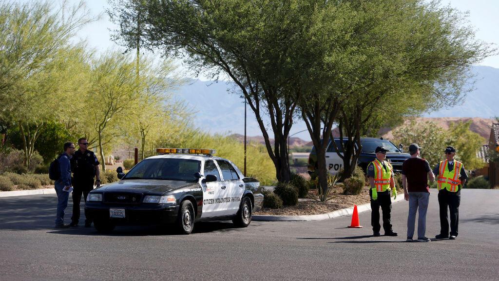 Agentes de la policía bloquean la entrada de la comunidad Prominence, donde Stephen Paddock tenía su casa en Mesquite, Nevada.