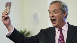 Nigel Farage, brandissant son passeport, lors d'un discours anti-européen, le 22 juin 2016, à Londres.