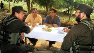 Foto tomada el 1 de abril de 2002, durante los diálogos entre el Gobierno de Andrés Pastrana y la guerrilla del ELN. De der. a izq. : Óscar Santos y Pablo Beltrán, miembros del comando central del ELN; Camilo Gómez y Jorge Mario Eastman, del Alto Comisionado para la Paz del Gobierno.