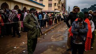 كينيون ينتظرون في الصف عند أحد مراكز الاقتراع للإدلاء بأصواتهم في الانتخابات العامة التي تجري الثلاثاء 8 آب/أغسطس 2017