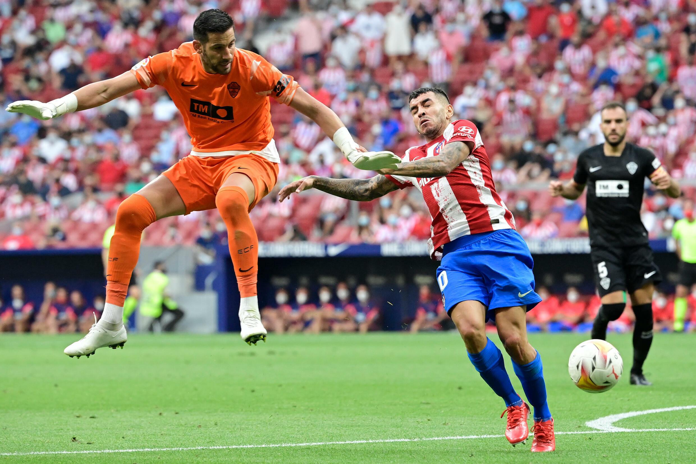 El delantero argentino del Atlético de Madrid, Ángel Correa, abre el marcador tras la eliminación del portero del Elche Kiko Casilla en el partido de La Liga el 22 de agosto de 2021, en el Estadio Wanda Metropolitano de Madrid.