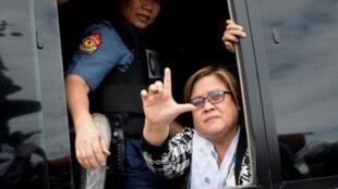 عضو مجلس الشيوخ الفلبيني ليلى دي ليما تحيي مؤيديها بعد المثول أمام المحكمة في مانيلا، الجمعة 24 شباط/فبراير 2017