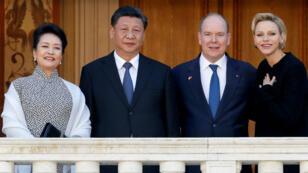 El príncipe Alberto II de Mónaco y su esposa, la princesa Charlene, posan con el presidente chino Xi Jinping y su esposa Peng Liyuan en el Palacio de Mónaco, el 24 de marzo de 2019.