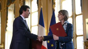 La ministre de la Culture française Françoise Nyssen et son homologue saoudien Awwad al-Awwad lors de la signature d'accords culturels entre leurs pays le 9 avril 2018 à Paris.