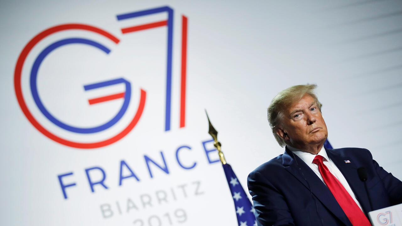 El presidente de Estados Unidos, Donald Trump, observa durante una conferencia de prensa al final de la cumbre del G7 en Biarritz, Francia, el 26 de agosto de 2019.