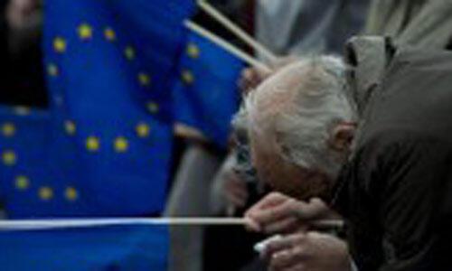 علامات التعب والعياء تظهر على نائب في البرلمان الأوروبي -20140519