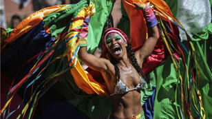 Una integrante del tradicional bloco de las Carmelitas, participa en su desfile por las calles del barrio de Santa Teresa.